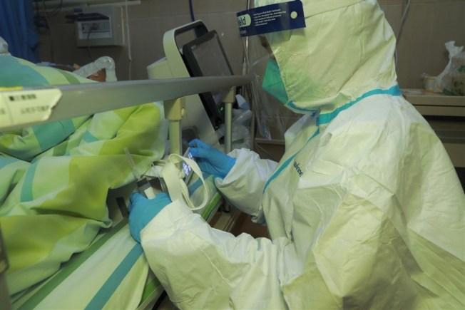 研究發現,新冠病毒感染者在症狀出現時病毒載量高,顯示該病毒易於傳播。中新社資料照片