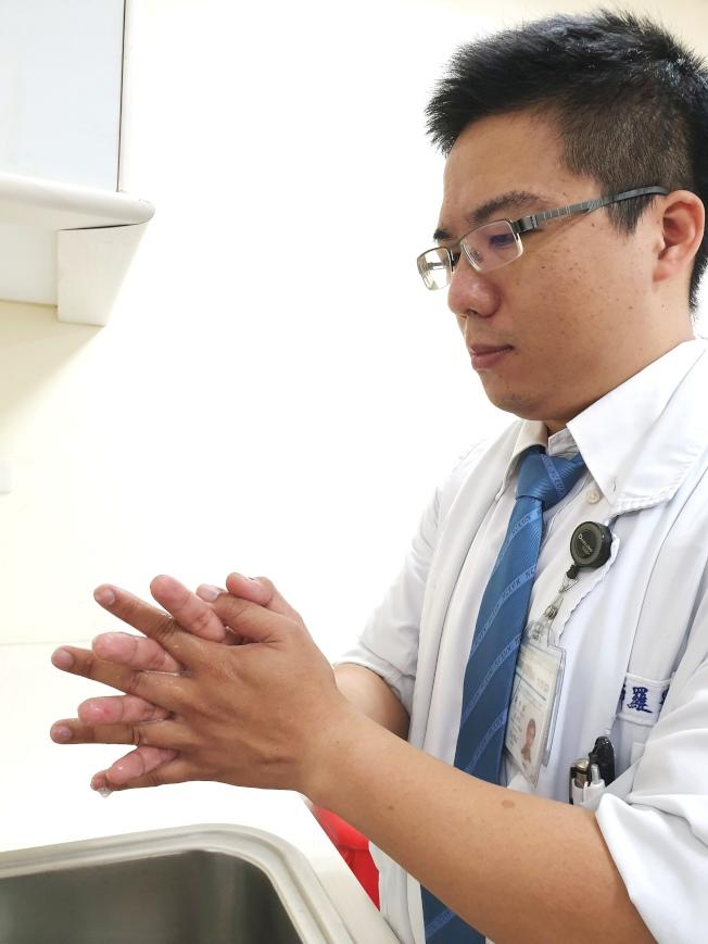 醫師表示洗手時要「搓」對,搓手時需依「內外夾弓大立腕」的順序,將手心、手背、指縫、指背、大拇指與虎口、指尖及手腕都搓到。圖:成大醫院提供