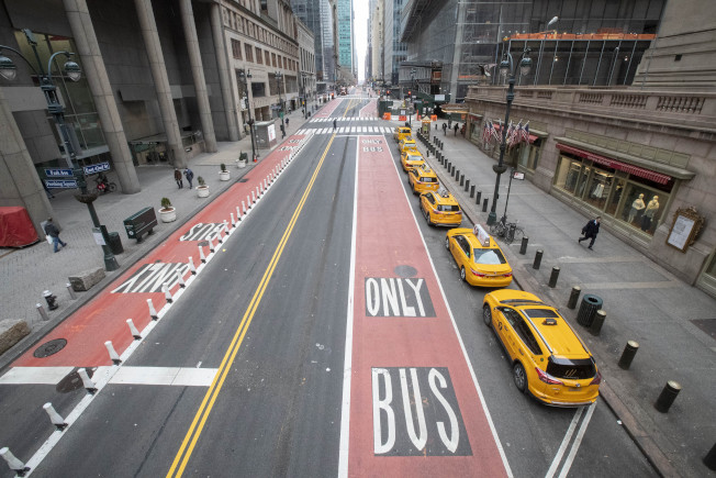 市長白思豪24日表示,市府將從周四(3月26日)起在全市每個區各開放兩條街,供行人使用。(美聯社)