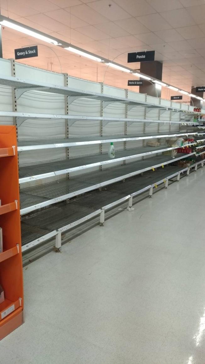 澳洲雪梨超市內的米、義大利麵、衛生紙等被搶購一空,遲遲未見補貨。圖/詹千佳提供