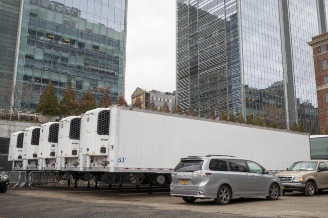 多輛冷凍貨櫃車停放於紐約市正在搭建臨時太平間的地點。美聯社