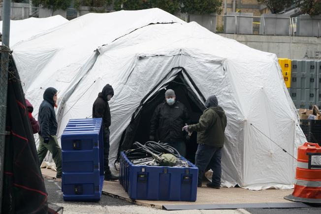 紐約市有工人正在搭建據信將用做臨時太平間的帳篷。Getty Images