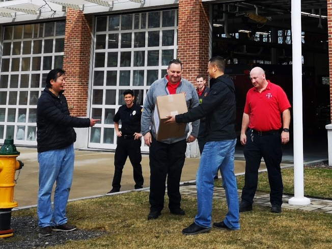 Belmont華協成員捐贈口罩給該鎮消防隊。(BCAA提供)