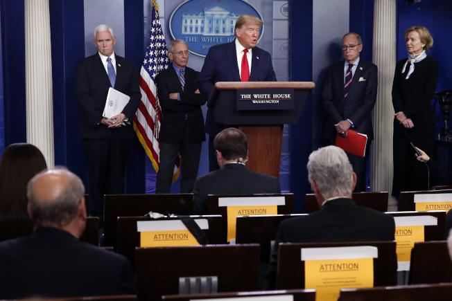 川普總統最近每天的疫情簡報會,除了宣布政府的最新防疫決策,也不忘自我吹捧、譴責媒體與批評者,同時夾雜不少誤導資訊。(美聯社)