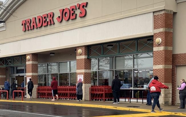 Trader Joe's員工在店門口管理隊伍,控制店內人數,並要求民眾保持距離。(記者張筠 / 攝影)