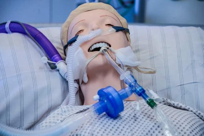 德國確診病例雖多,死亡率卻不高,醫療效率各國矚目。圖為德國一家醫院展示如何為假人接上呼吸器。(Getty Images)