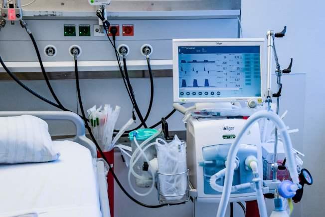 德國確診病例雖多,死亡率卻不高,醫療效率各國矚目。圖為德國漢堡一家醫院展示病床旁的醫療設備,病人可接上呼吸器。(Getty Images)