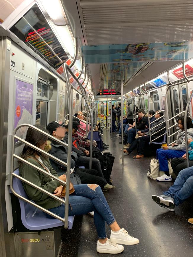華裔和亞裔近期搭乘地鐵時,因新冠肺炎疫情屢遭騷擾和針對。(記者劉大琪/攝影)