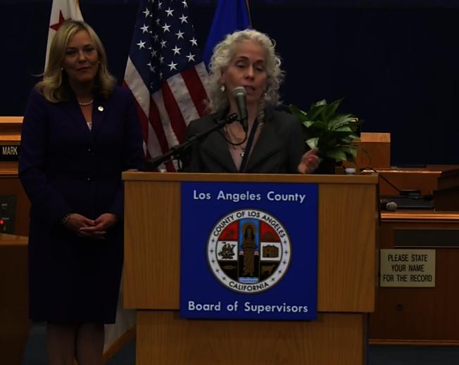 洛縣公共衛生局局長費若(Barbara Ferrer) 公布疫情最新數據。(記者謝雨珊/攝影)
