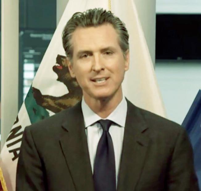 州長紐森視頻記者會,擴大宣傳他新推出的抗疫口號「留在家裡,拯救生命」。(記者李秀蘭截圖)