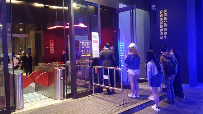 台北市信義商圈夜店林立,群聚感染新冠肺炎風險高,六家夜店宣布暫停營業兩周。(記者李奕昕/攝影)