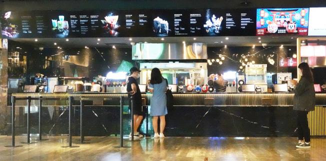 新版公眾集會指引嚴格限制電影院觀影人數,每場不得超過百人,且需採梅花座。(記者胡經周/攝影)