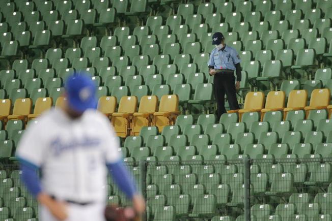 指揮中心宣布公眾集會指引,依此規定,職棒場邊須限制觀眾人數。中職官辦熱身賽最後一場比賽24日在台中舉行,即不開放球迷進場,場邊工作人員須戴起口罩。(記者黃仲裕/攝影)