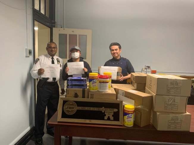 李景(中)為市警遊民外展小組捐贈物資。(市警提供)
