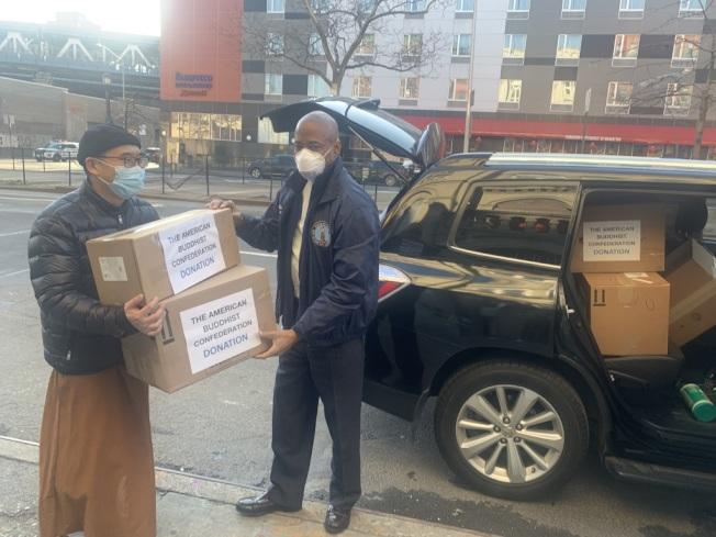 布碌崙區長親自接受及運送華人捐贈的醫療物資。(亞當斯辦公室提供)