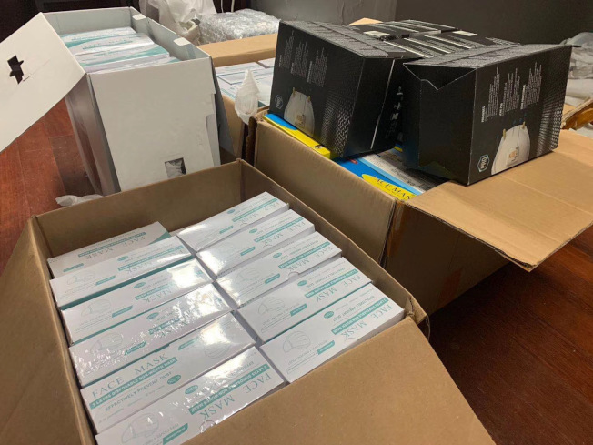 趙先生和朋友把採購的數千個口罩捐贈給石溪大學醫院。(趙先生提供)