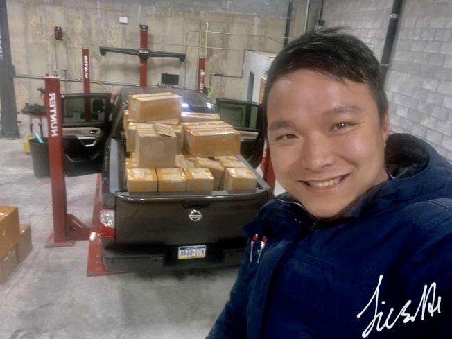 何傑勝作為「史島互助群」的一員,不惜犧牲自身的安全,自願開車到各區警局、醫院贈送物資。(何傑勝提供)