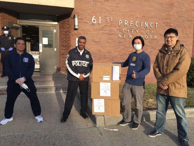 江旭(左二起)與陳奉官代表紐約洗衣店商會向警局募捐。(紐約洗衣店商會提供)