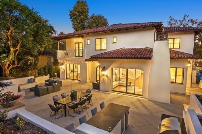 豪宅屋外的平台令人眼睛一亮。(Realtor.com)