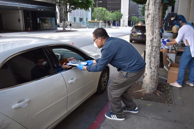 方樹強將筆記本電腦直接送到學生的車上。(方樹強提供)