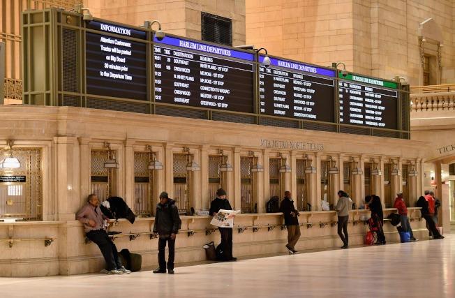 紐約中央車站售票口關閉,部分民眾佇立在售票口前。(Getty Images)