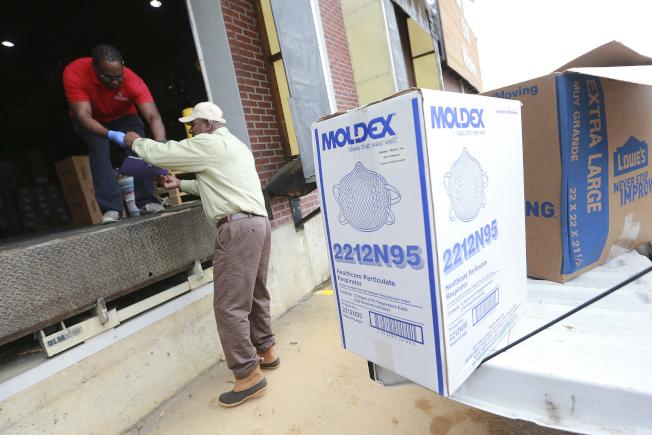 新型冠狀病毒疫情肆虐,德州竟有人在網路上拍賣超過75萬個醫療等級口罩。圖為卡車送口罩到密西西比醫療中心。(美聯社)