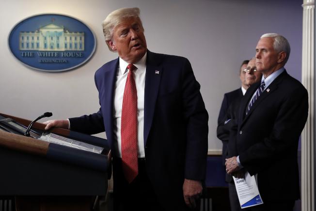川普(左)上台後,大砍美國疾病管制與預防中心的中國駐地人員逾三分之二。美聯社