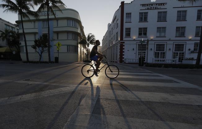 圖為25日邁阿密海灘街道淨空。(美聯社)