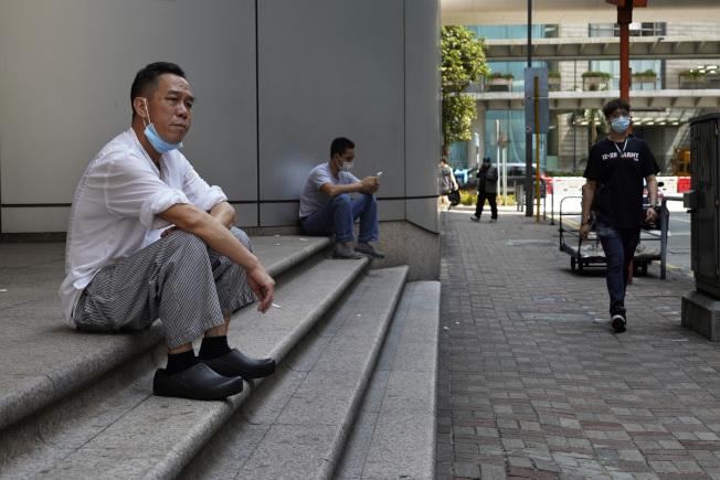 有美國媒體發現,香港民眾雖然戴口罩仍然普遍,但有些人已經不戴。(美聯社)
