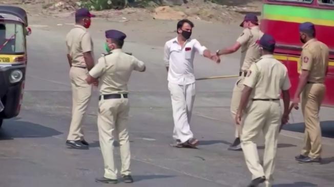 印度新冠肺炎防疫政策上路,25日起全國封城21天。各地警方嚴加取締違規者,民眾被抓到無故亂跑,當場被員警鞭打。路透