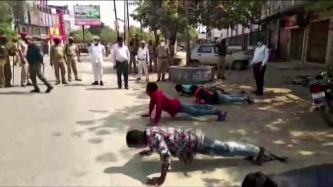 印度新冠肺炎防疫政策上路,25日起全國封城21天。全國各地警察嚴加取締違規者,有的地區祭出伏地挺身和深蹲等體罰。路透