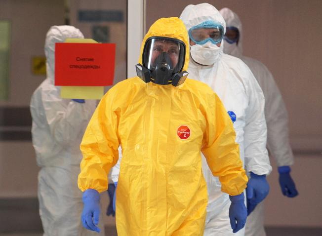 普亭24日造訪收治新冠肺炎患者的醫院,身穿全套鮮黃色的防護衣視察。(歐新社)