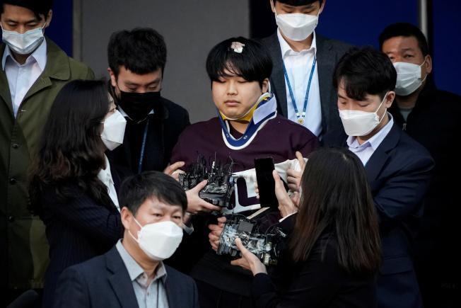 南韓「N號房」案主嫌趙周彬(中)25日在首爾警局門口露面。(路透)