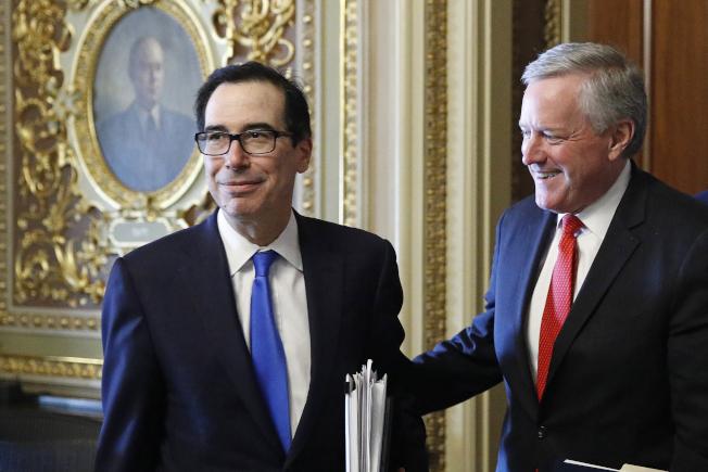 國會兩院通過2兆元紓困方案,圖為白宮代理幕僚長梅多斯(右)與財政部長米努勤面露笑容。(美聯社)
