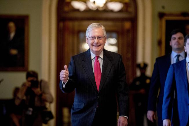 國會參院終於通過2兆元紓困方案,參院多數黨領袖麥康諾走出議場時,向媒體比出大拇指。(美聯社)