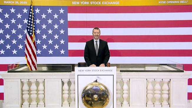 國會兩院通過2兆元紓困方案,華爾街受此激勵,連續第二天飆漲。圖為交易大廳關閉的紐約證交所照常撳開市鐘。(美聯社)