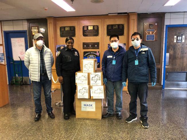 為支援一線抗疫醫護人員,石秦飛(左三)日前參與募捐活動;左一為吳一平,右一為Henry Lin。(石秦飛提供)