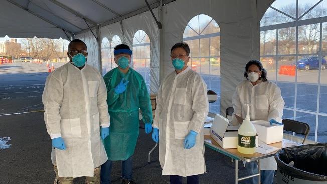 醫生和志願者在檢測點工作。(張泳提供)
