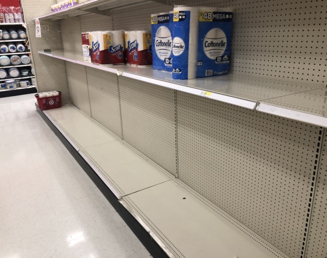 紐約市啟動緊急反哄抬物價法,和防疫相關所有商品和服務禁止漲價超過10%。(記者洪群超/攝影)