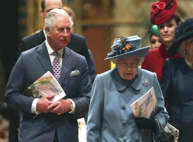 英國王儲查理王子確診,成為首位感染新冠病毒的英國王室成員。圖為查理王子(左)與英國伊利莎白女王。(美聯社)