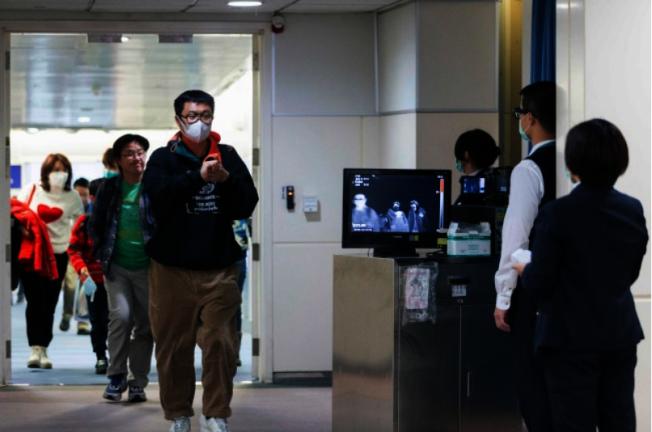 機場以紅外線體溫儀測量入境旅客體溫。(Getty Images)