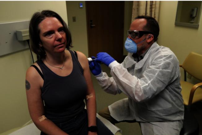 西雅圖凱薩醫療機構華盛頓衛生研究所3月16日測試新冠病毒疫苗。第一位志願者接受疫苗注射。(美聯社)