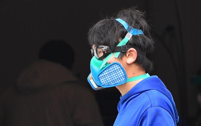 美國疫情仍然處爆發上升階段,圖為加州洛杉磯郡居民戴著全套防護口罩上街。(Getty Images)