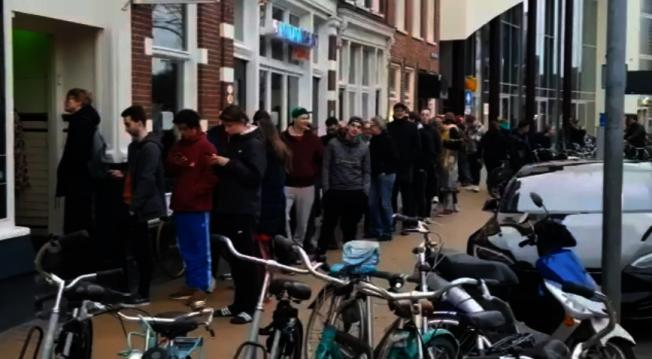 荷蘭宣布關閉商店前,大麻店大排長龍。圖/讀者提供