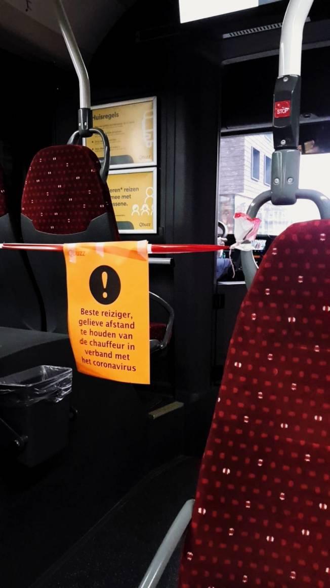為了保護司機,荷蘭公車改由後面上車,不能由前面登車。圖/讀者提供