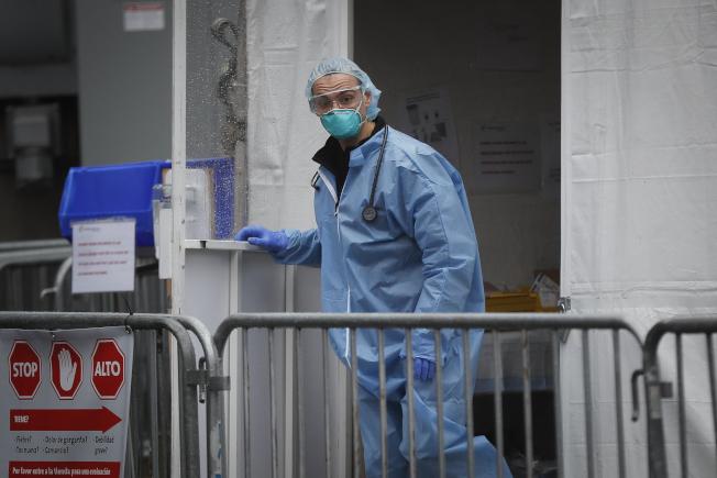 23日,布魯克林醫院中心(Brooklyn Hospital Center),一名醫護人員在新冠病毒測試站。(美聯社)