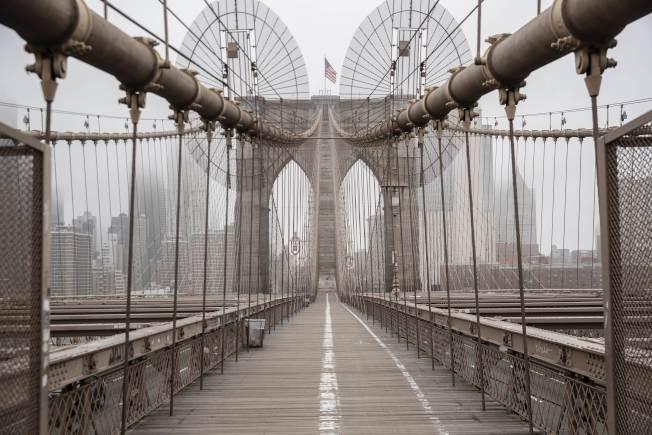 紐約州下達居家避疫令後,通往曼哈頓的布魯克林大橋幾無人影。(Getty Images)