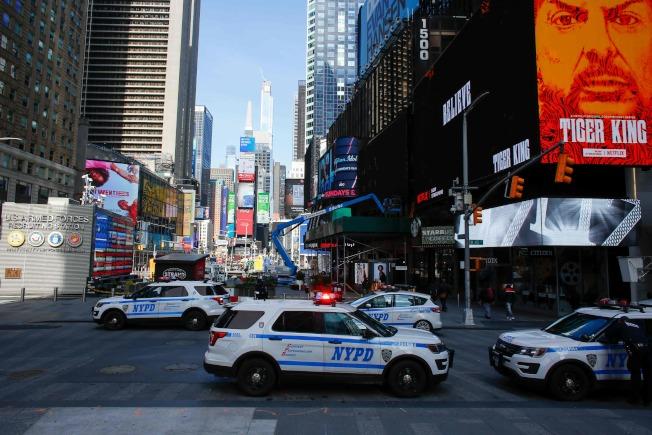 圖為在紐約時報廣場上停了多輛警車。Getty Images