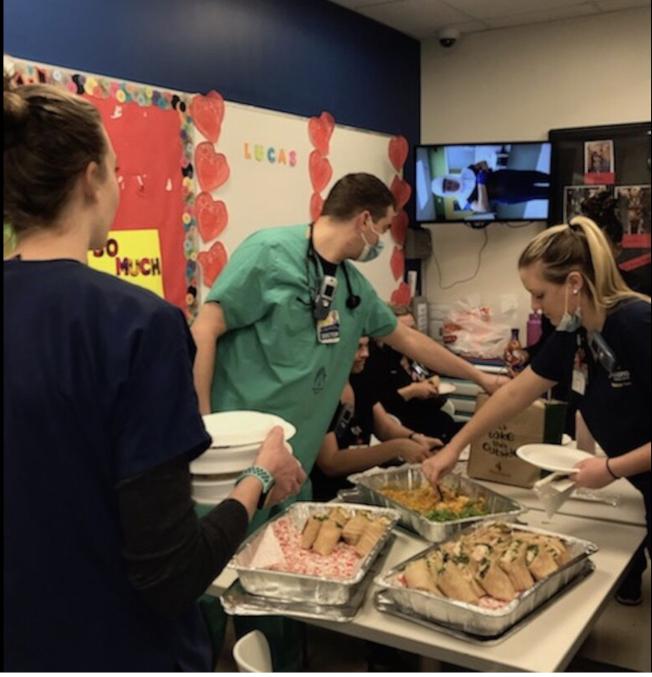 從華盛頓特區華埠發展起來的連鎖餐廳Nando's Peri-Peri給醫院送免費餐點,更計畫支援其他餐館的失業員工,每日提供50份免費外賣。(Nando's Peri-Peri提供)