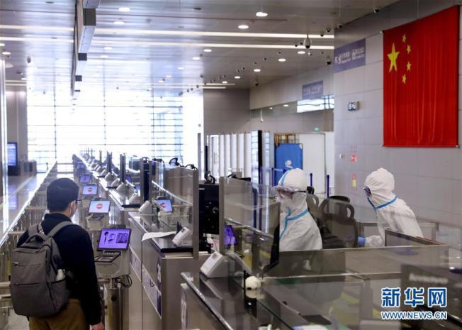 中國嚴防新冠肺炎持續從境外輸入,29日起將大幅限縮對外空中交通。(新華網)